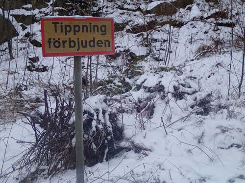 Som vanligt ligger det en hög med trädgårdsavfall bakom denna typ av skylt...