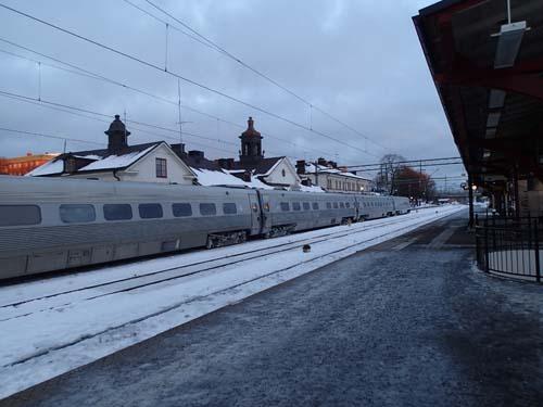 På plats på perrong 3 i väntan på Göteborgståget.