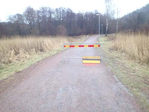 Vägen var avspärrad! Mycket märklig, det verkade ju inte vara något fel på vägen! (Fotot är taget på tillbakavägen för att få bättre ljus, inte heller då var det något fel på vägen!)