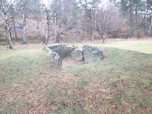 Hällkistan, Kung Rings grav, är en av platserna som måste besökas för att hitta finalen.
