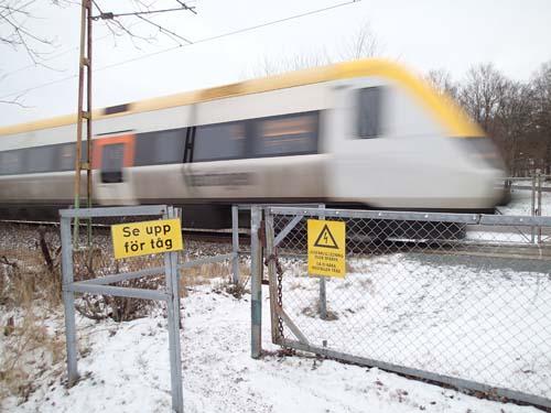 """""""Se upp för tåg"""", jag föredrog dock att se mig för när jag skulle passera spåret - och tur var väl det!"""