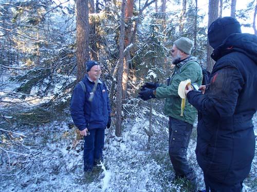 Glada burkjägare tar en lite paus ute i skogen.