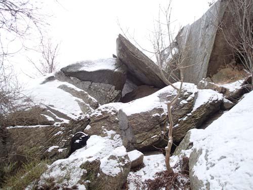 Klippblocken över grottan var imponerande.
