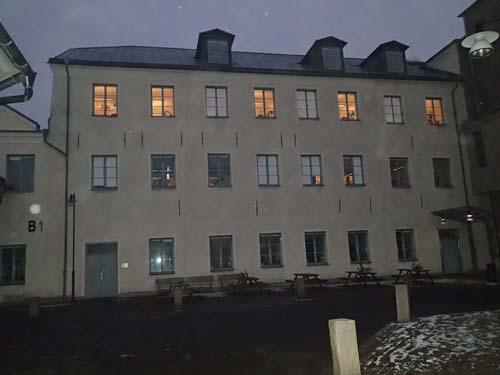 Mitt inne i Gamlestadens fabrikers området reser sig detta 1700-tals hus! Det var ursprungligen en del av Sahlgrens stora sockerbruk.