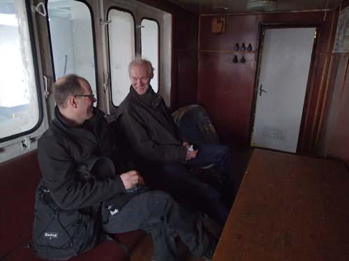 Två mycket nöjda passagerare vilar ut på färjan tillbaka till Bulgarien.