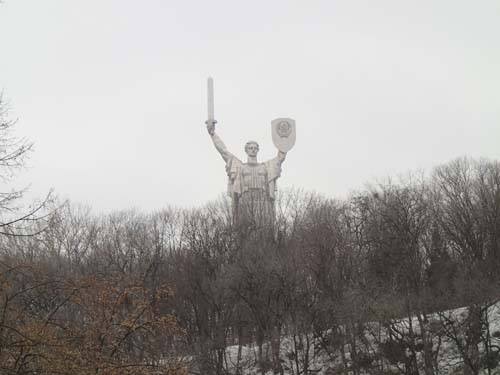 Över oss vakade monumentet över det stora fosterländska kriget.