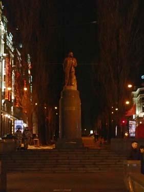 Lenin vakar ännu över gatan och dess mystar!