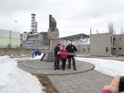 Tre reviewers från Sverige samlas för att bli förevigade framför reaktorn!