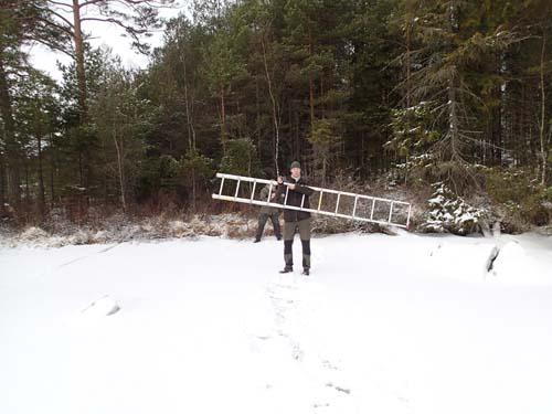 En stege är väl aldrig fel på isen...