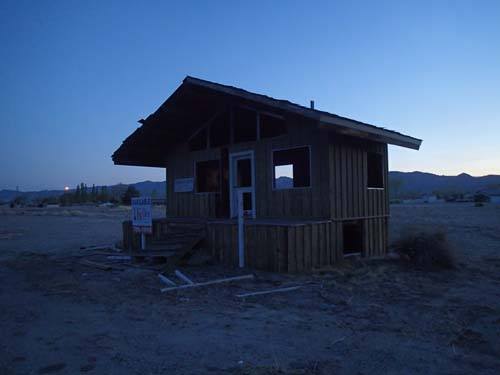 Ett övergivet hus med en cache som vi faktiskt lyckades att hitta under kvällen.