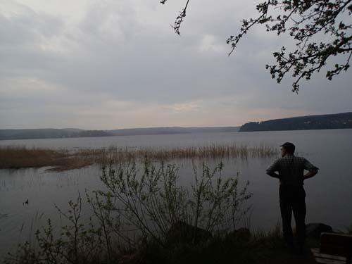 Ingabo begrundar dagens burkjakt allt medan ett stilla regn började falla över sjön.