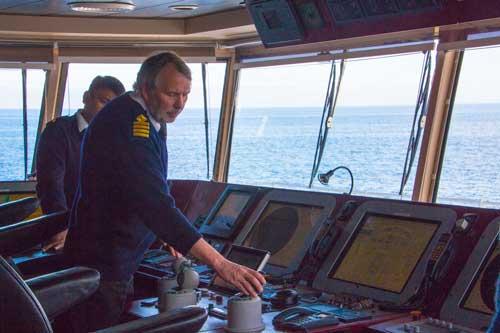 Kaptenen förevisade hur man kör båten, inte med en ratt utan med tre klot...