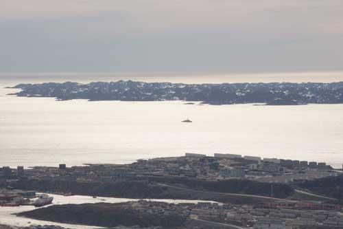 Till vänster i bild ligger MS Fram och ute på vattnet närmar sig den danska flottan.