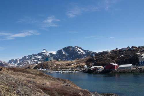 Ortens inramning är otroligt vacker, snötäckta berg och ett iskallt hav.
