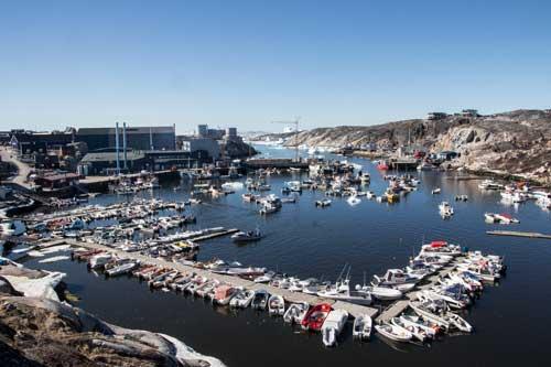 Hamnen är fylld till bristningsgränsen med båtar. Här är inte båten en fritidspryl, på Grönland är den nödvändig om du vill kunna förflytta dig. Det finns nämligen inte några vägar mellan öns samhällen.