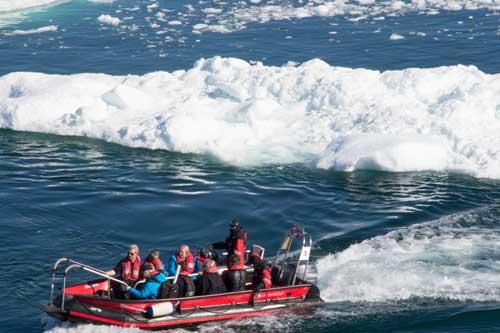 Besättning och passagerare från MS Fram var rustade på ett annat sätt än Inuiterna...