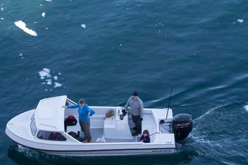 Spännande att titta på den stora båten tyckte barnen.
