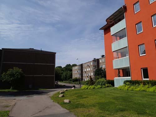 Det görs försök att lyfta de grå betongförorterna med att bygga om husen och ge dem färg!