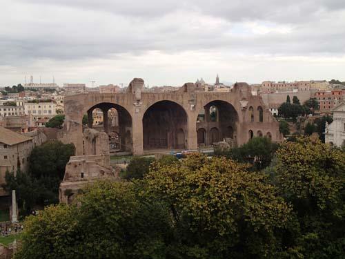 Konstantins basilika reser sig över forum och ger en bild av hur stora byggnaderna var!