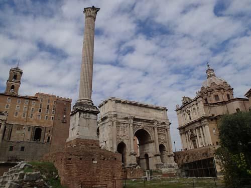 En av de få kolonner som aldrig fällts sys till vänster om triumfbågen, den är från 600-talet och den tid då Bysans kontrollerade denna del av f.d. Västrom.
