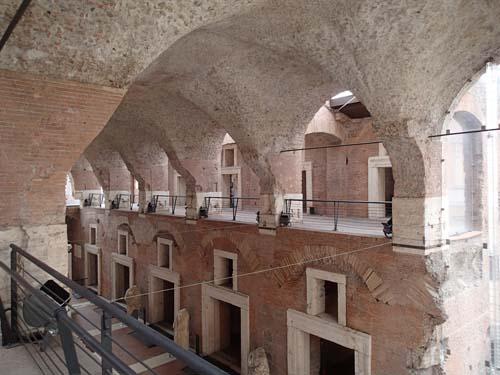 Den stora hallen är idag entré till museet. Här såldes varor från imperiets alla delar under antiken.