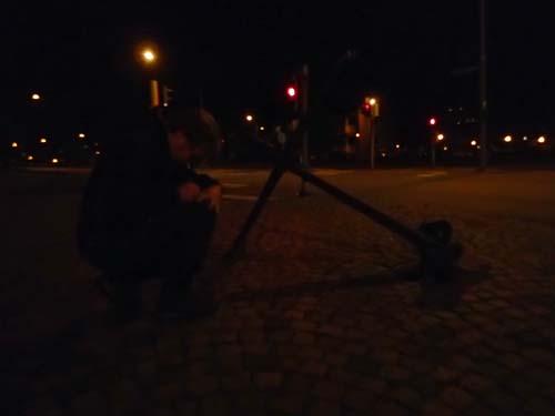 I nattens mörker loggas en burk.