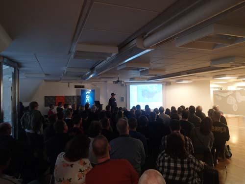 Hallén berättar inför den stora publiken. Foto: TMR68