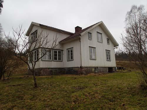 Björsjöås moderna hus, den äldre gården som ligger innanför är mycket sevärd.