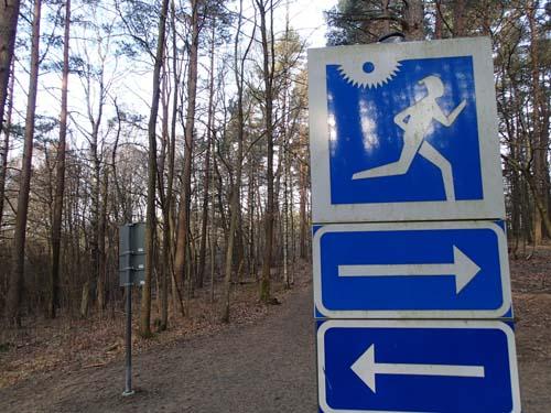 Hur skall man tolka detta? Jo, jag tror att skylten betyder att joggare skall springa till höger och vänster om solen skiner!