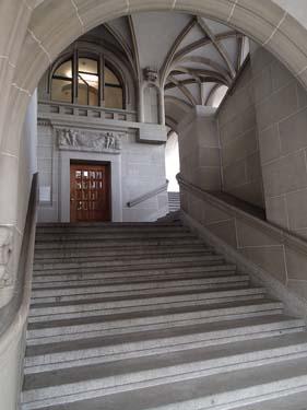 En trappa som leder mellan två gatuplan, ganska påkostad - och helt fri från grafitti.