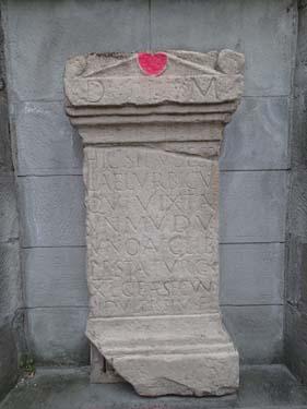 Inte långt från Earth Cachen fanns denna kopia av en romersk gravsten som hittats på platsen.