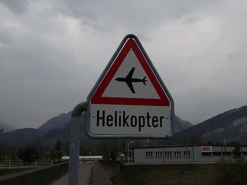 Denna skylt var det första som mötte mig i det nya landet. Här tycker jag att helikoptrarna är lite konstiga....