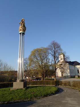 Minnesmärke över den svenska attacken och förstörelsen av staden nedanför fästningen.