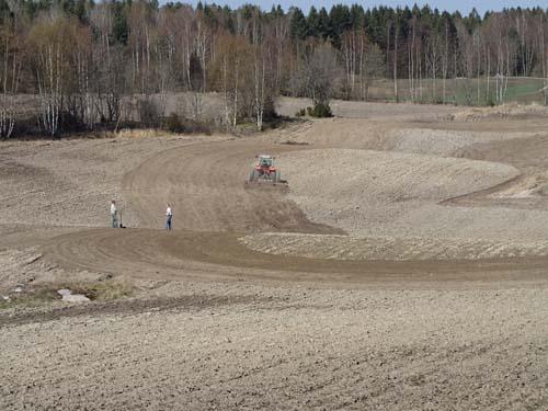 Fredliga bönder i denna trakt. Traktorn höll sig på åkern och börjde inte jaga oss...