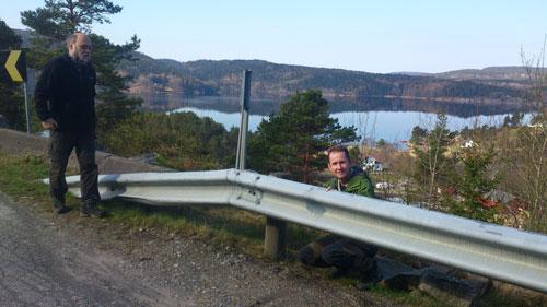 Utsikt? Nej, det intresserar inte Hallén, han tittar hellre på baksidan av ett vägräcke!