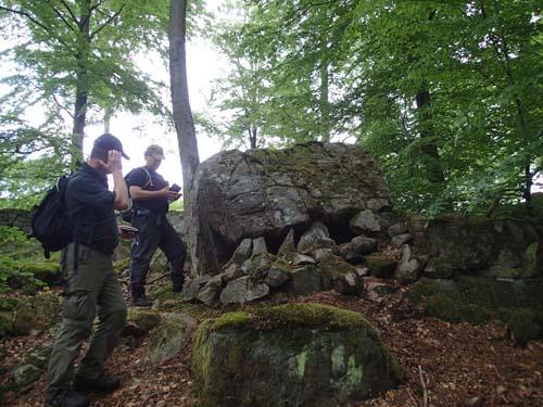 Här misstänkte jag att det bodde troll, men i såfall är det geocachande troll under stenen!