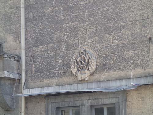 Än syns det gamla rikets symboler på väggarna!