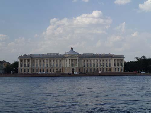 Vid Neva ligger många stora palats och andra stora byggnader.