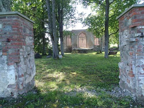 Ett övergivet kapell som tillhört ett större gods.