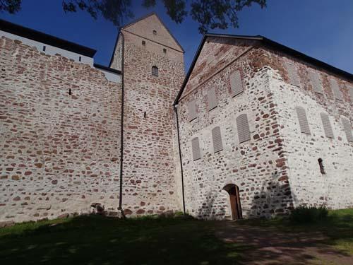 Utsidan av slottet med huvudbyggnaden till vänster, den höga byggnaden i miten är Kuretornet och den något lägre till höger är Östra längan.