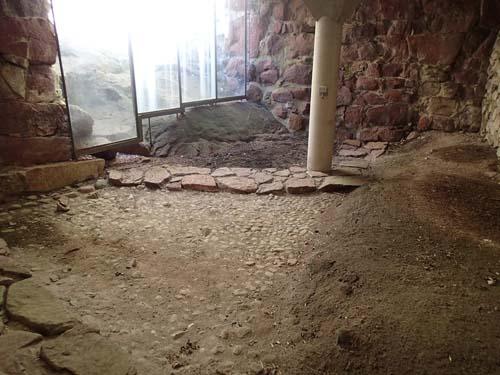 Under Förborgen (stora borggården) kan man kliva ned på de äldsta medeltida lagren och se hur den ursprungliga marknivån såg ut.