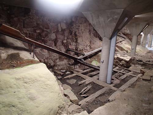 I det utgrävda området har det gamla systemet av rännor för att leda bort vatten rekonstruerats.