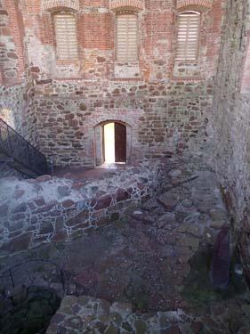 Den Östra längan är idag en ruin men övertäckt med ett nytt tak för att skydda byggnaden. Längst ned i huset fanns en brunn och ugnar.