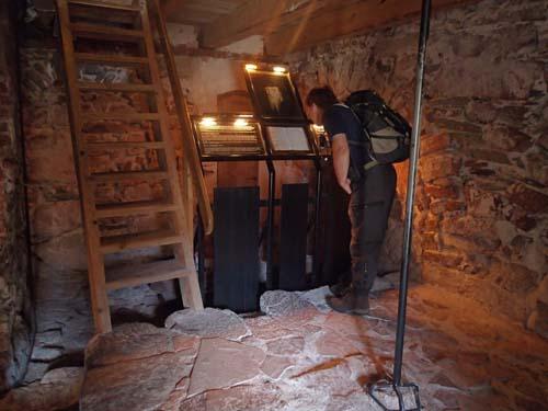I detta rum sägs det att kung Erik XIV satt fängslad. TMR68 studerar handskriften med Eriks fantasifulla kommentarer kring planeternas rörelser!