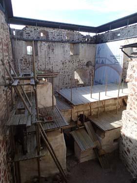 Huvudborgen omgärdad av tidstypiska byggnadsställningar som skall visa hur det såg ut när byggnaderna uppfördes.