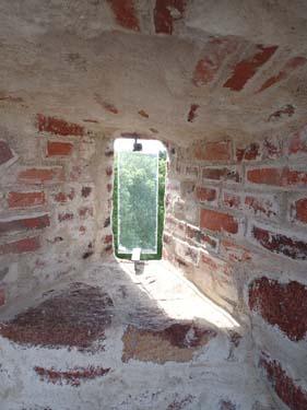 Skottglugg i den nästan 20 meter höga muren kring huvudborgen.