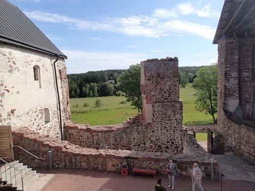 Förborgen med Norra längan till vänster, Östra längan till höger och huvudingången rakt fram i bild.