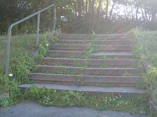 Förfallen trappa som inte har något med multin att göra.
