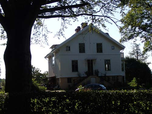 Huvudbyggnaden till Lundens gård ligger ett kort stycke från cachen