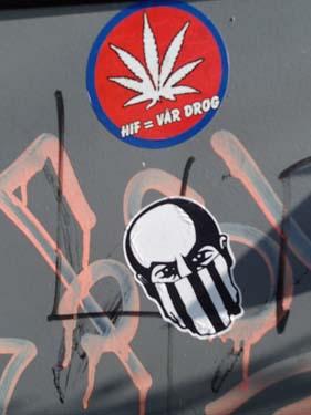 Vid många av cacherna satt dessa märken - är detta vår drog?